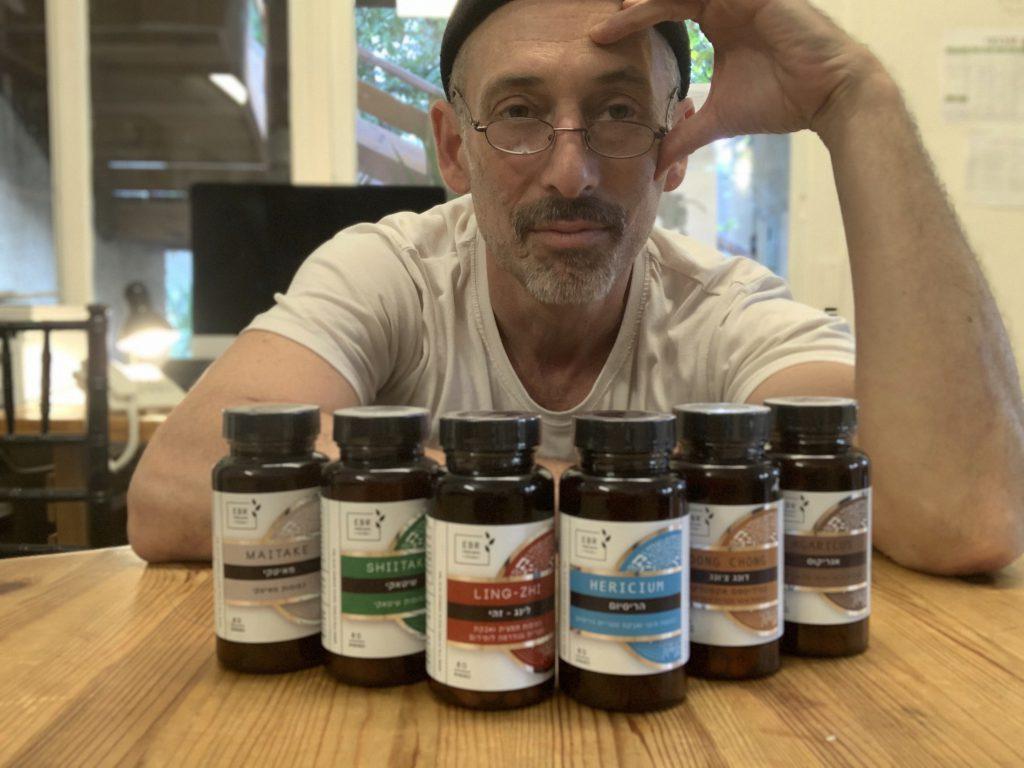 אמיר פרלמן מייסד אי בי אר צמחי מרפאעם קולקציה של פטריות מרפא